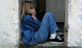 crying child - childhood trauma cause anxiety